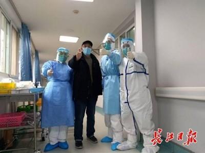 新冠肺炎治愈者:我在医院病区办宣传栏,把白衣天使写进文字里