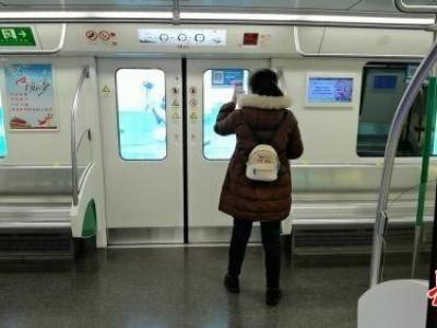 地铁6号线:首班车乘客感觉扫码乘车很方便