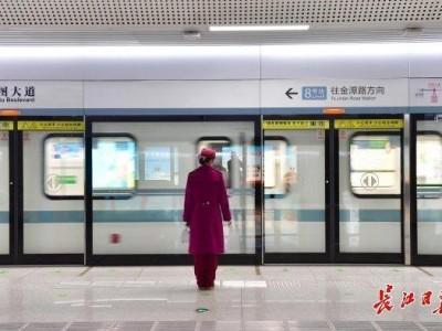 8号线恢复运营首日,售票机、安检门、栏杆每小时消毒一次