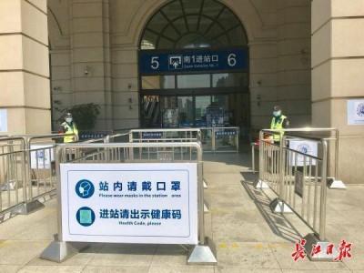 汉口火车站各类通道做好分隔分区,旅客有序进出