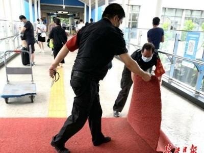 武汉地铁站里铺平防滑地垫,解决在雨中早高峰