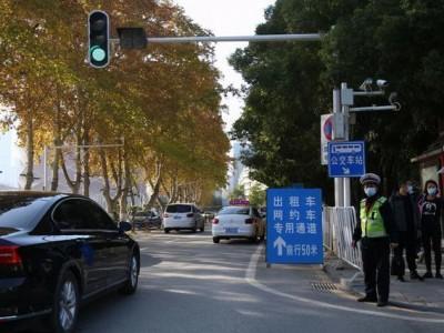 中南医院开辟了专门通道,打车可以直达。