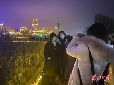 伴随着低温高温,近3万名来自山东、江苏等六省的游客周末来到武汉,赞美武汉迷人的夜景。