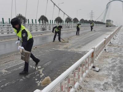 武汉交通警察发表了恶劣天气的移动注意事项,记住了降速、控制距离、亮尾