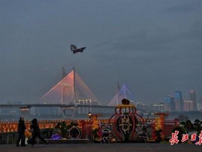 除夕之夜,武汉长江灯展将持续到凌晨2点。