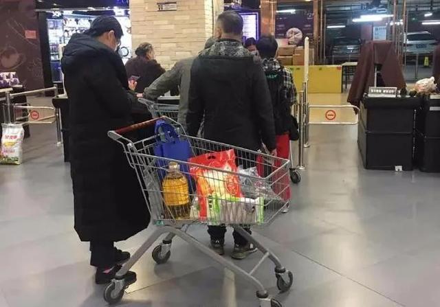 别抢了!居民超市抢购大米囤粮,湖北三地紧急辟谣 第2张
