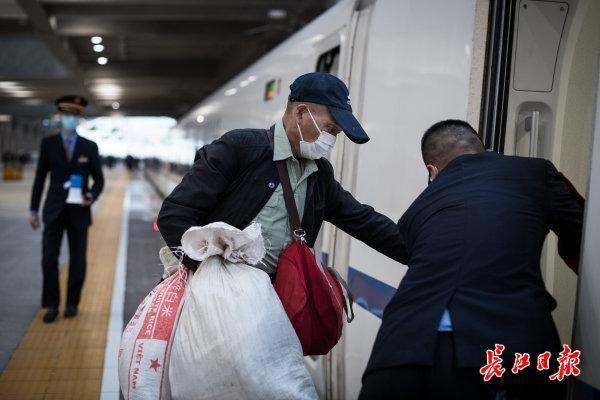 汉口火车站,旅客有序乘车 第6张
