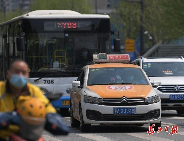 武汉6000多辆出租车已上线,司机看到绿码才开车 第1张