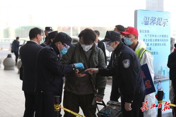 解除离汉通道管控首日,武汉交通、治安平稳有序 第1张