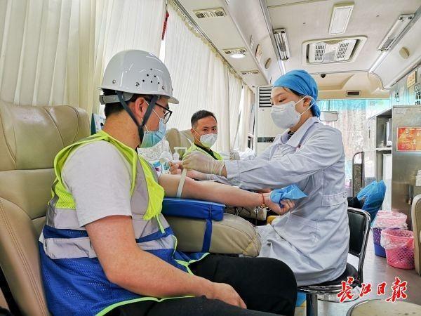 60名火神山、雷神山医院建设者集体献血 第3张