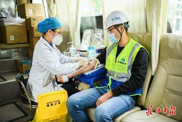 60名火神山、雷神山医院建设者集体献血 第2张
