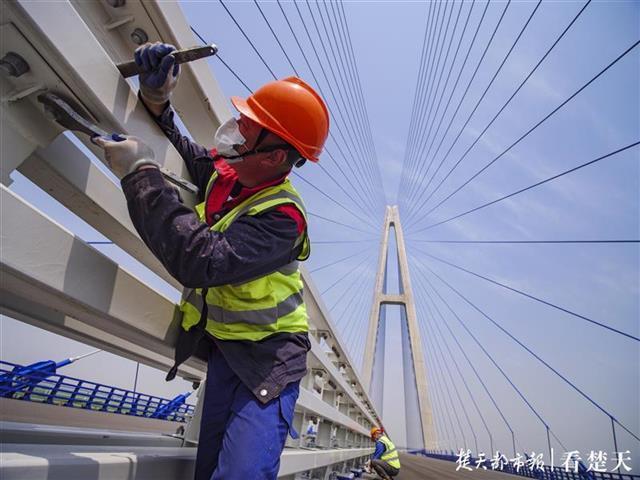 """全力以""""复""""吹响冲锋号,记者拍摄武汉重点工程开工 第1张"""