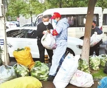 """的哥早出晚归,自借小货车为居民筹集千余公斤""""爱心菜"""" 第1张"""
