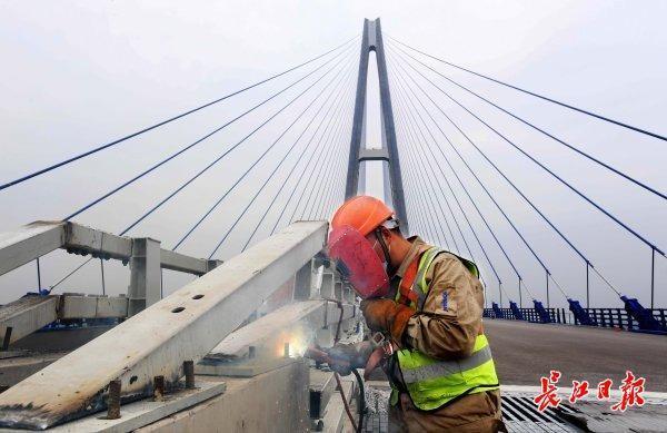 三路记者探访建桥工地:精益求精,争分夺秒,建桥之都开足马力与时间赛跑 第3张