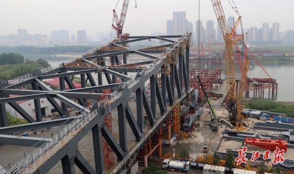 三路记者探访建桥工地:精益求精,争分夺秒,建桥之都开足马力与时间赛跑 第4张