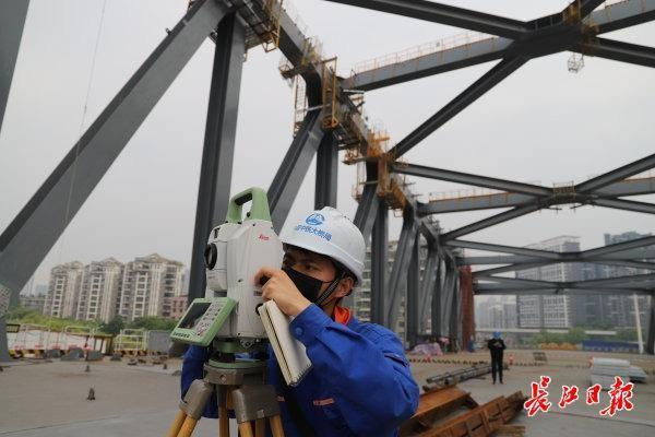 三路记者探访建桥工地:精益求精,争分夺秒,建桥之都开足马力与时间赛跑 第6张