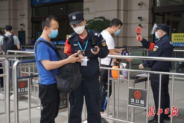 客流均有所增长,三大火车站增加引导人员 第1张
