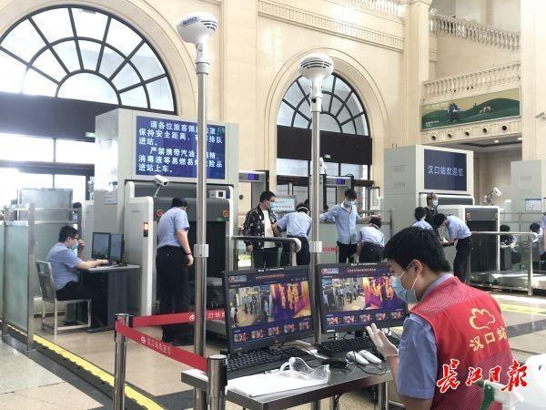 客流均有所增长,三大火车站增加引导人员 第2张