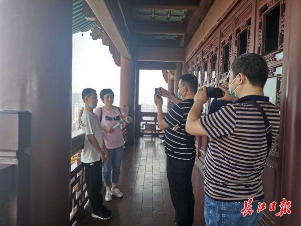 游人单循环登黄鹤楼、东湖边实时监测客流,武汉景区防疫服务让游客开心更放心 第2张