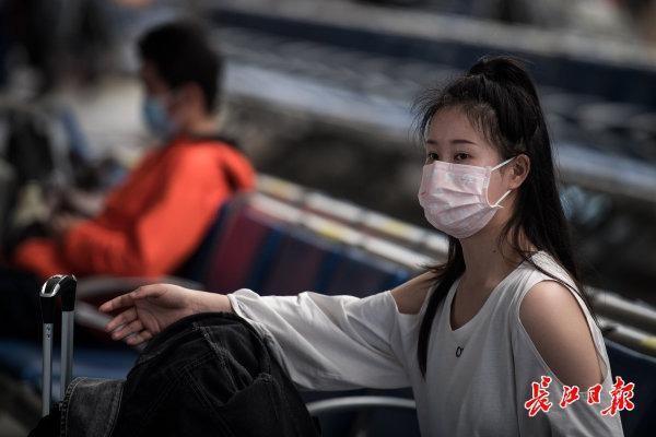 应急响应调为二级首日,汉口火车站客流有序平稳 第2张