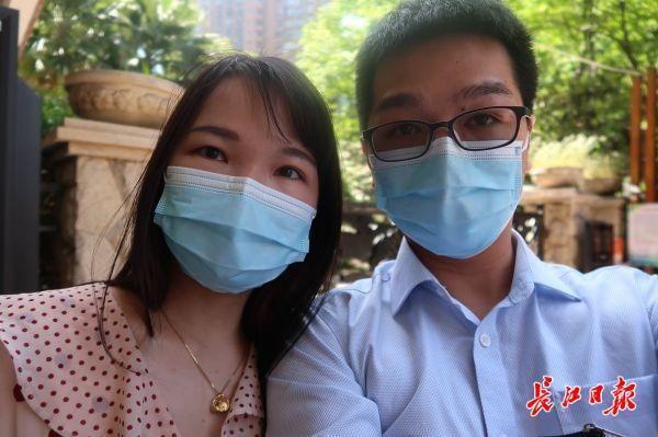 肺炎疫情期内,这对护理人员恋人病房相见不相识,今日她们总算领结婚证了 第1张