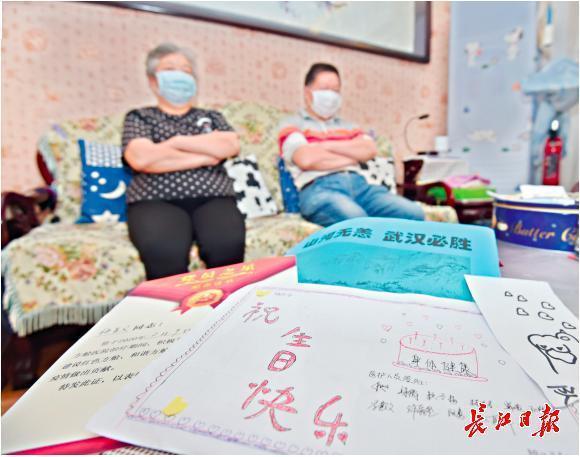 七旬一对夫妻与病毒感染交战70天,A4纸制做的生日贺卡填满医务人员的祝愿 第1张