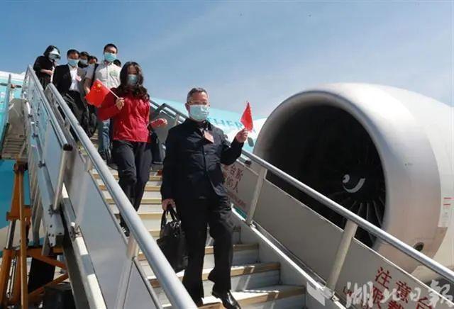 在鄂全国性人民代表抵京 第2张