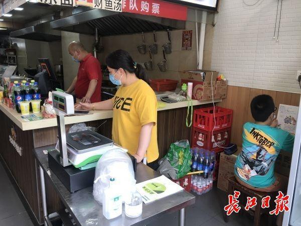 一次性纸碗箱碳酸饮料箱当课桌椅,10岁男孩在父母运营的早点店潜心学习培训 第4张