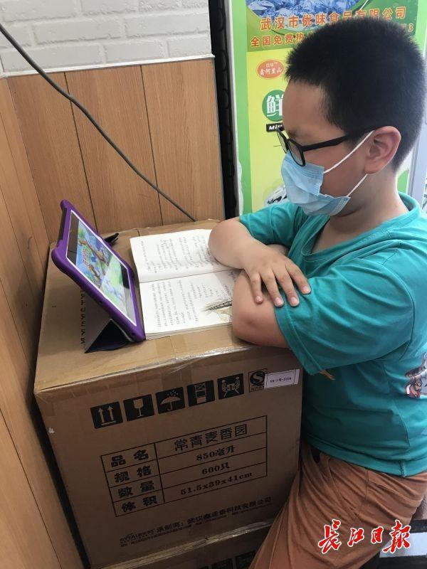 一次性纸碗箱碳酸饮料箱当课桌椅,10岁男孩在父母运营的早点店潜心学习培训 第2张