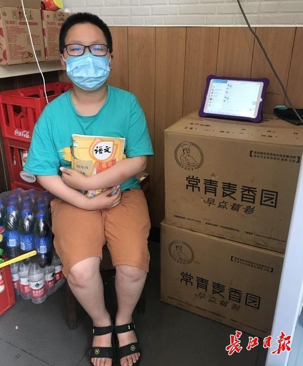 一次性纸碗箱碳酸饮料箱当课桌椅,10岁男孩在父母运营的早点店潜心学习培训 第3张