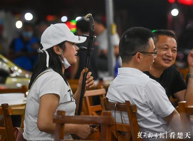 歌唱钟声欢笑声重返吉庆街 第2张