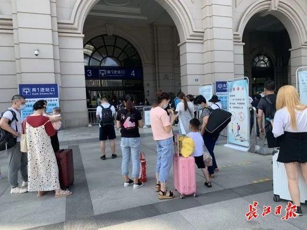 关心|南来北往的游客产生魅力,汉口火车站人流量五天提升近六成 第3张