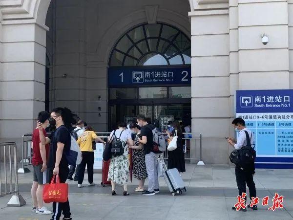 关心|南来北往的游客产生魅力,汉口火车站人流量五天提升近六成 第2张