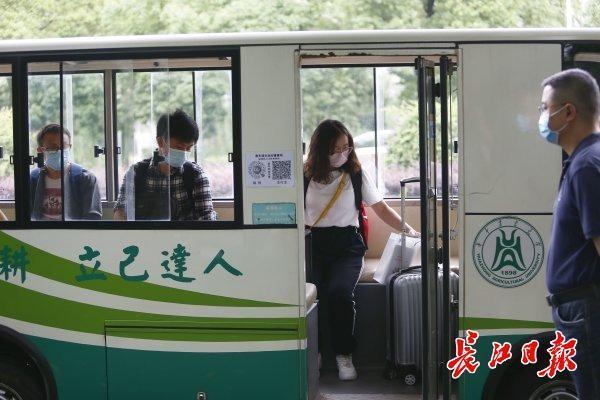 扫二维码温度测量领疫防包,华中农业大学学员回校|标准图集 第2张