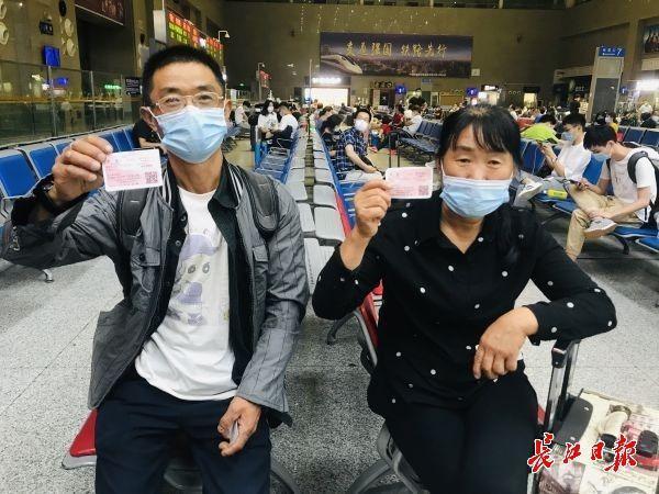 别了,纸质车票,武昌站检票员为自己买来一张留留念 第2张
