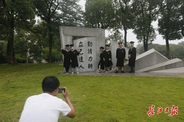 霸气侧漏!华中农大大学毕业生校内开拖拉机巡街 第3张