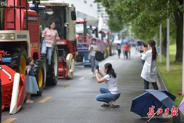 霸气侧漏!华中农大大学毕业生校内开拖拉机巡街 第2张