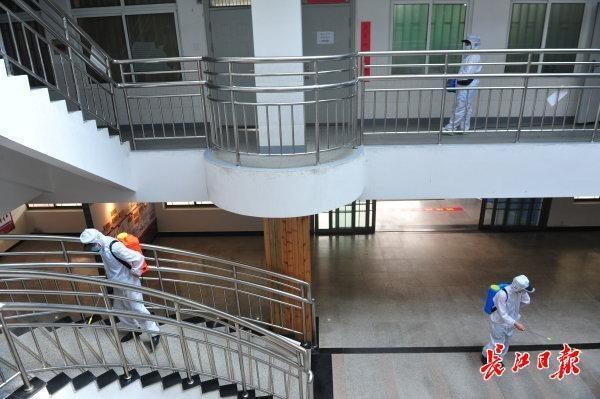 校园内全方位消毒不留死角,武汉市高一高二10日复课复学 第1张