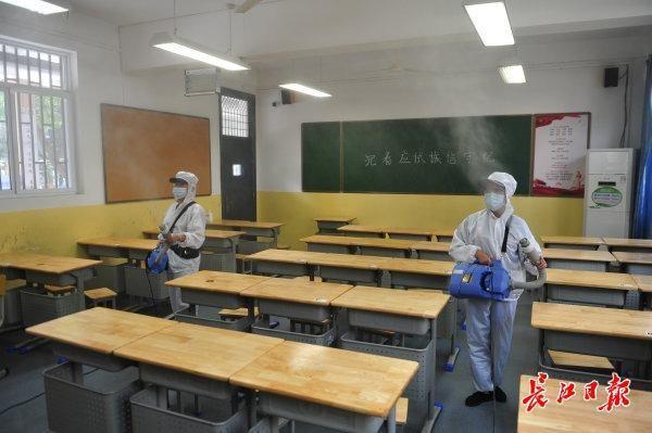 校园内全方位消毒不留死角,武汉市高一高二10日复课复学 第2张