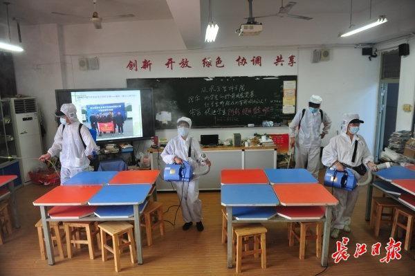 校园内全方位消毒不留死角,武汉市高一高二10日复课复学 第3张