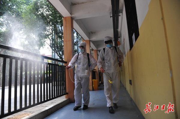 校园内全方位消毒不留死角,武汉市高一高二10日复课复学 第4张