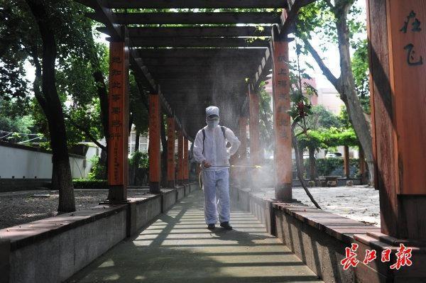 校园内全方位消毒不留死角,武汉市高一高二10日复课复学 第5张