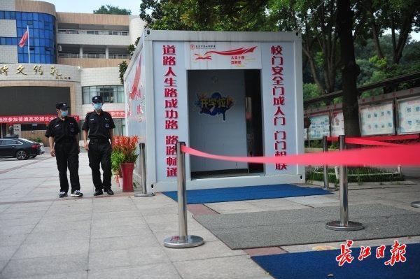 校园内全方位消毒不留死角,武汉市高一高二10日复课复学 第6张