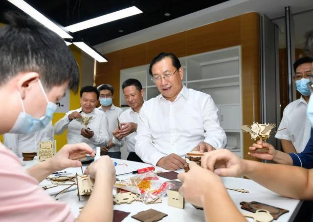 王忠林调查稳就业保民生工作中:构建更强创业创新自然环境和气氛 第3张