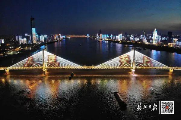 昨晚,武汉市以湘江光与影向最美丽的人献给! 第4张