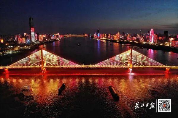 昨晚,武汉市以湘江光与影向最美丽的人献给! 第3张