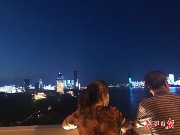 昨晚,武汉市以湘江光与影向最美丽的人献给! 第10张