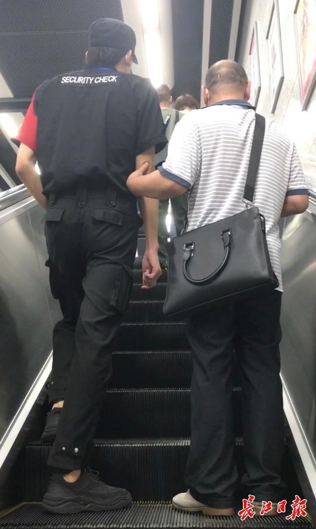 持续两月,3个地铁口点工作员接力赛跑扶持视障 第2张