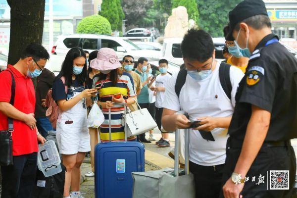 欢迎回家!不久,武汉市迈入第一批回校在校大学生 第4张