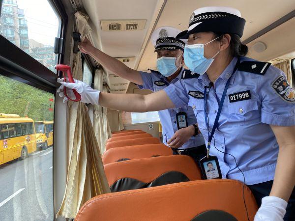 汉阳交警队对管辖区校巴全面的身体检查 第2张